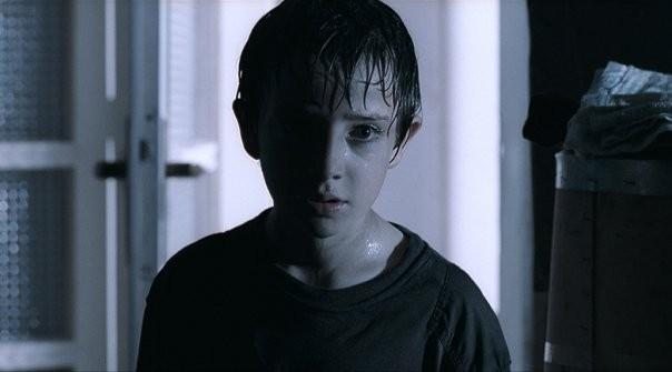 Primo piano del piccolo Lorenzo Valvassori dal film La fisica dell'acqua