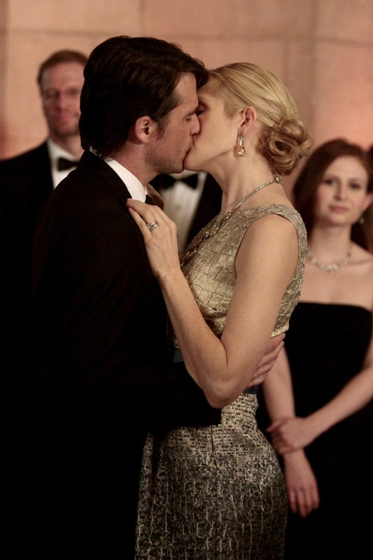 Rufus (Matthew Settle) bacia Lily (Kelly Rutherford) in un momento dell'episodio It's a Dad, Dad, Dad, Dad World  di Gossip Girl