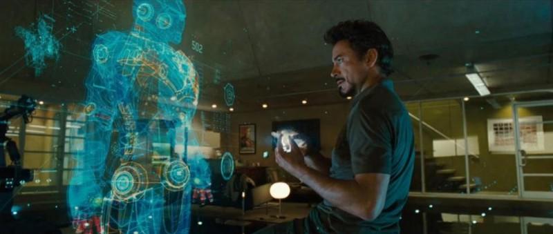 Tony Stark (Robert Downey Jr) davanti al proprio ologramma nel film Iron Man 2