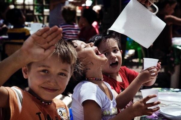 Un gruppo di bambini si diverte sul set del film Sotto il Celio Azzurro