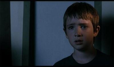 Un'immagine del piccolo Lorenzo Valvassori dal film La fisica dell'acqua