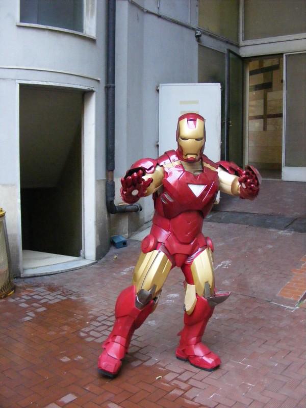 """Un'immagine dell'Iron man in """"carne e ferro"""" che accompagna l'uscita nelle sale italiane del film Iron Man 2"""