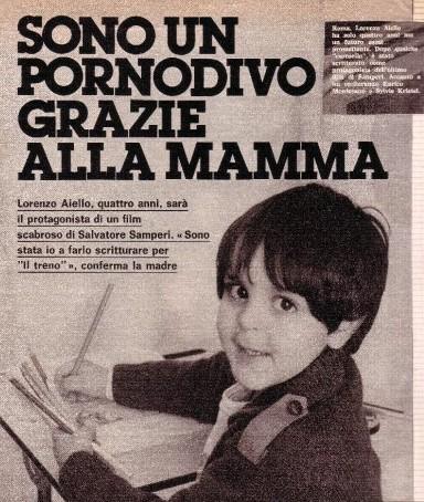 Uno scherzoso titolo di giornale che si riferisce alla partecipazione del piccolo Lorenzo Aiello ad un film sexy come Amore in prima classe
