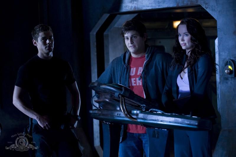 Brian J. Smith, David Blue ed Elyse Levesque nell'episodio Human di Stargate Universe