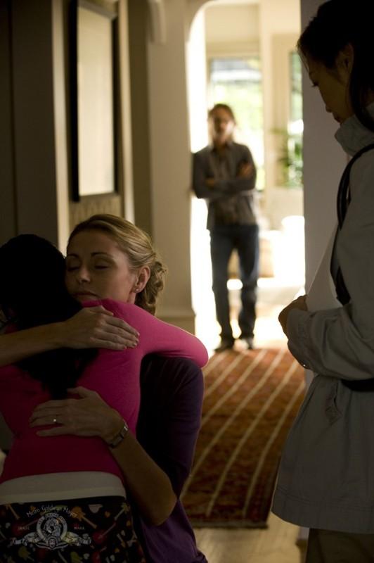 Gloria Rush (Louise Lombard) abbraccia un'allieva in un momento dell'episodio Human di Stargate Universe