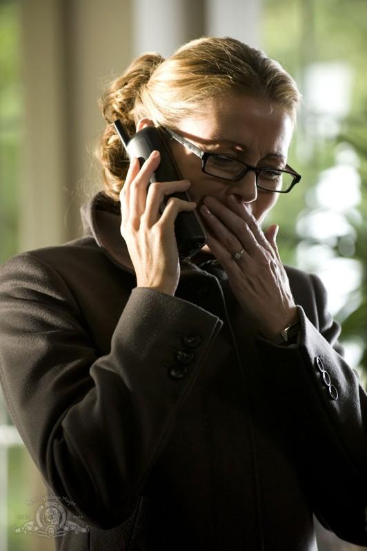 Gloria Rush (Louise Lombard) disperata, in una scena dell'episodio Human di Stargate Universe