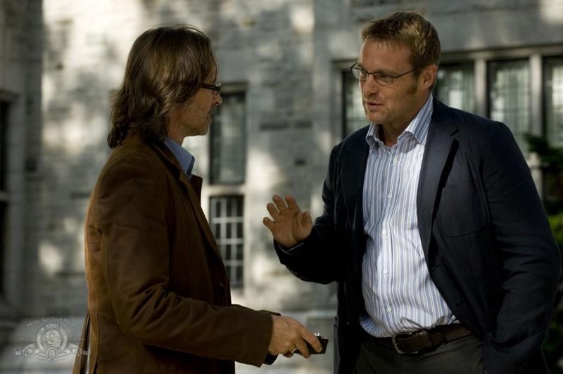 Il Dott. Rush (Robert Carlyle) incontra il Dott. Daniel Jackson (Michael Shanks) nell'episodio Human di Stargate Universe