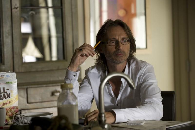 Il pensieroso Dott. Rush (Robert Carlyle) in una scena dell'episodio Human di Stargate Universe