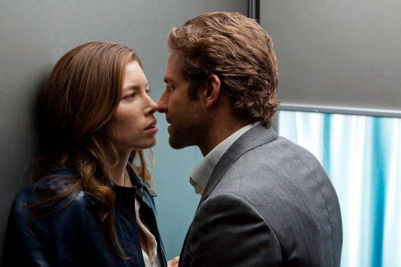 Jessica Biel e Bradley Cooper in una scena del film The A-Team