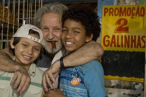 L'attore Rui Gerra con i piccoli Juan Paiva e Pablo Vinicius sul set di uno degli episodi di 5xFavela