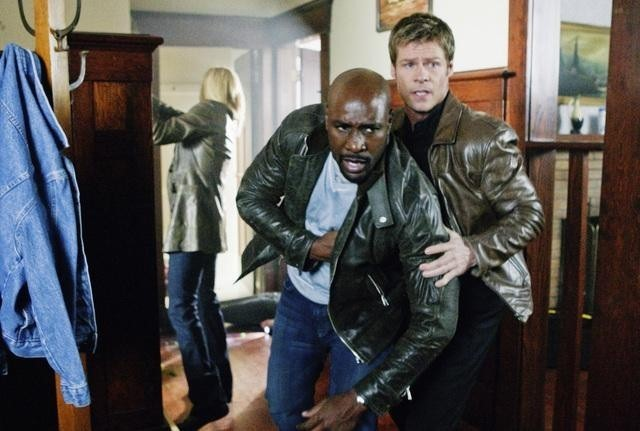 Morris Chestnut e Joel Gretsch nell'episodio Heretic's Fork del remake di Visitors