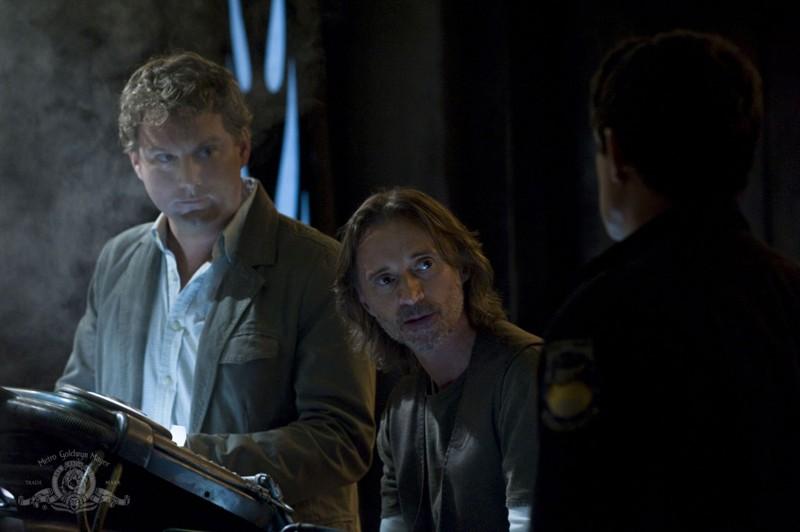 Patrick Gilmore e Robert Carlyle parlano con Justin Louis nell'episodio Human di Stargate Universe