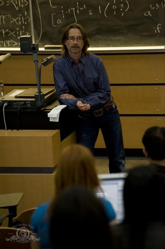 Rush (Robert Carlyle) a lezione nell'episodio Human di Stargate Universe