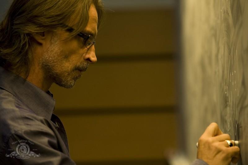 Rush (Robert Carlyle) cerca di decifrare un problema nell'episodio Human di Stargate Universe