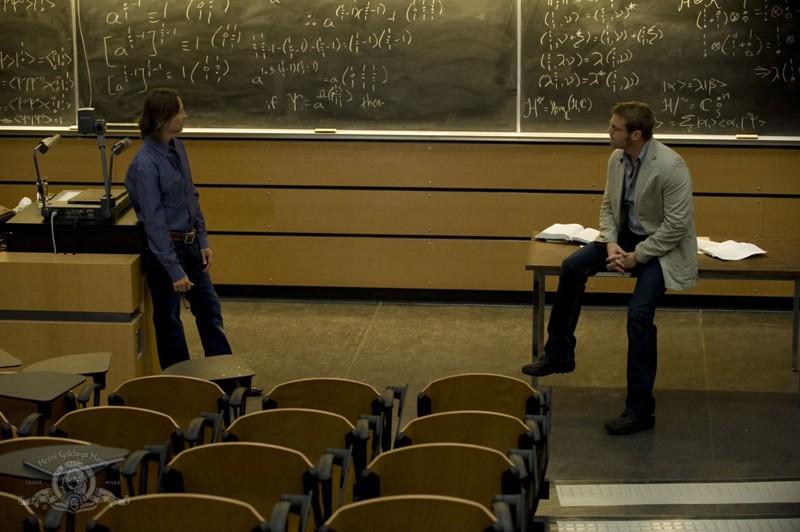 Rush (Robert Carlyle) e Jackson (Michael Shanks) discutono nell'episodio Human di Stargate Universe
