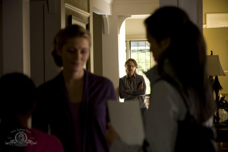Rush (Robert Carlyle) osserva la moglie nell'episodio Human di Stargate Universe