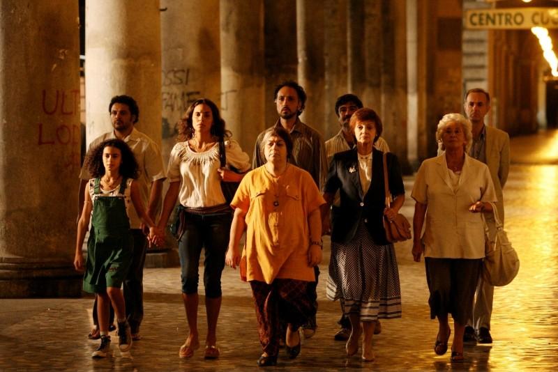 Un'immagine dei protagonisti del film Scontro di civiltà per un ascensore a Piazza Vittorio