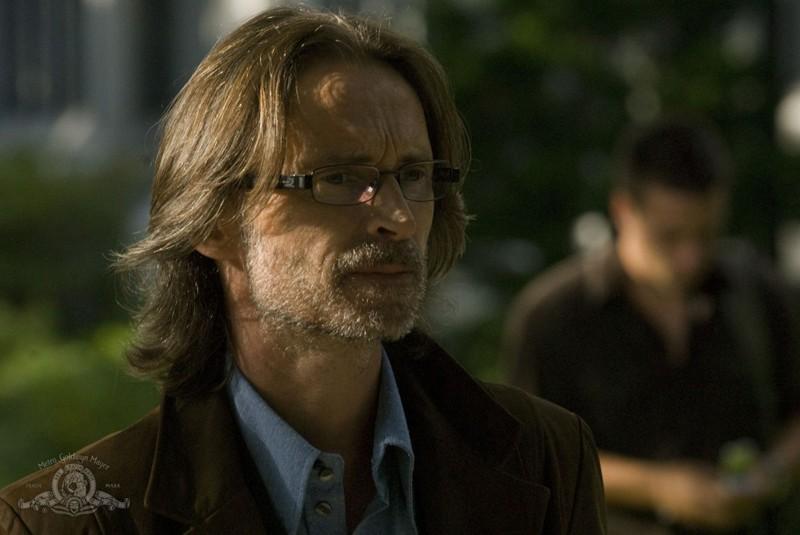 Un primo piano del Dott. Rush (Robert Carlyle) nell'episodio Human di Stargate Universe