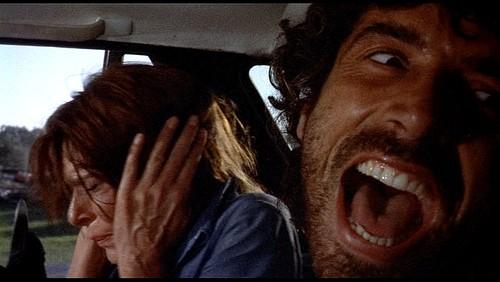Don Backy e (sullo sfondo) Lea Lander in una scena del thriller Semaforo Rosso (Cani arrabbiati)