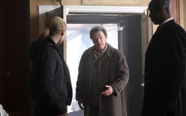 Fringe: Anna Torv, John Noble e Lance Reddick nella prima parte del finale della stagione 2