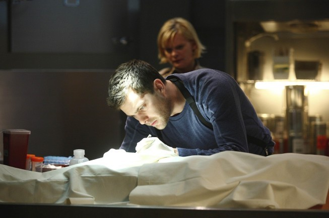 Fringe: Martha Plimpton e Joshua Jackson in una scena dell'episodio Northwest Passage