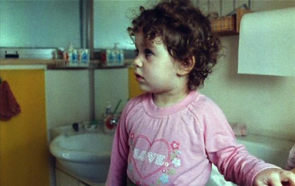 La piccola Asia Crippa in una scena del film Non è ancora domani