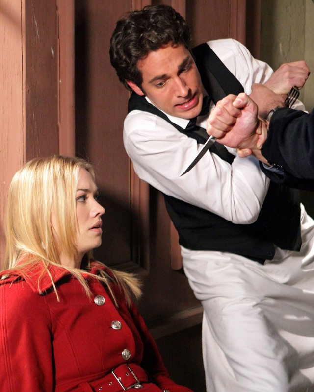 Chuck (Zachary Levi) difende Sarah (Yvonne Strahovski) nell'episodio Chuck Versus the Other Guy