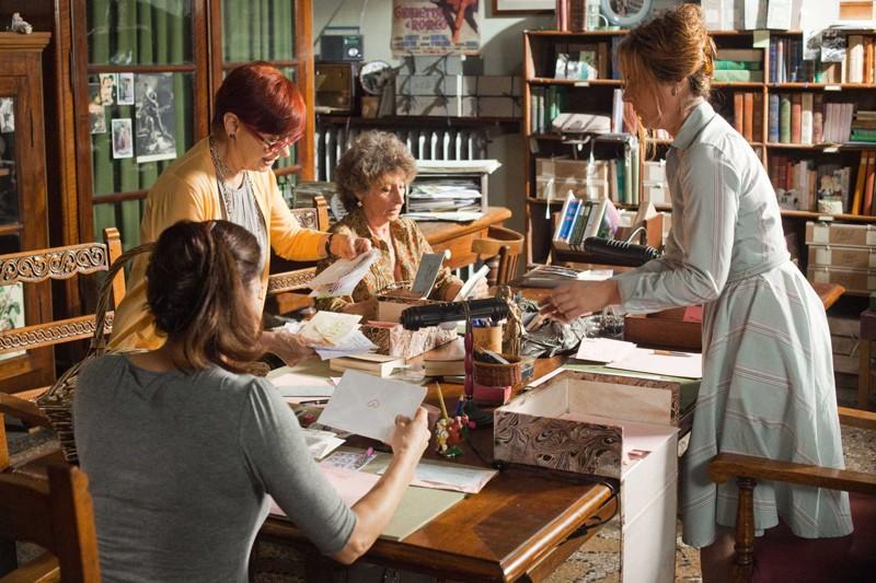 Luisa Ranieri (di spalle), Milena Vukotic, Lidia Biondi e Marina Massironi nel film Letters to Juliet