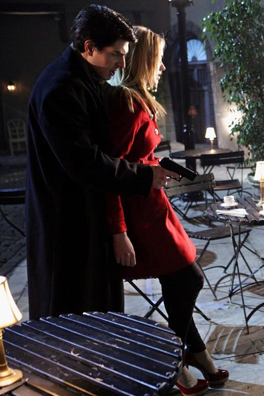 Shaw (Brandon Routh) trattiene Sarah (Yvonne Strahovski) nell'episodio Chuck Versus the Other Guy