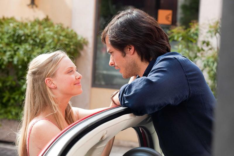 Sophie (Amanda Seyfried ) parla con Victor (Gael Garcia Bernal) nel film Letters to Juliet