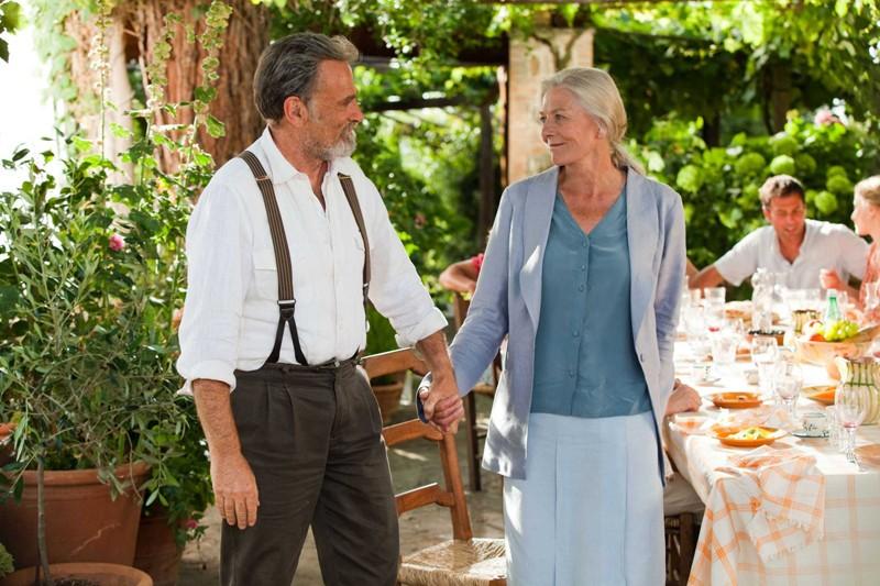 Vanessa Redgrave mano nella mano con Franco Nero nel film Letters to Juliet