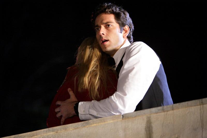 Zachary Levi abbraccia Yvonne Strahovski in un momento dell'episodio Chuck Versus the Other Guy