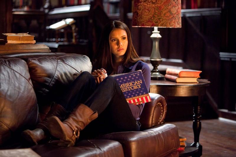 Elena (Nina Dobrev) sul divano in casa Salvatore nell'episodio Blood Brothers di The Vampire Diaries