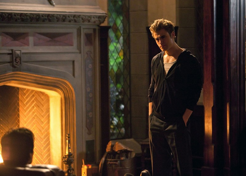 Paul Wesley guarda il fratello (Ian Somerhalder) nell'episodio Blood Brothers di Vampire Diaries