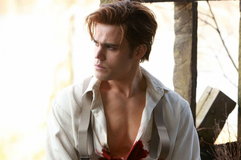 Un giovane Stefan (Paul Wesley) nell'episodio Blood Brothers di The Vampire Diaries