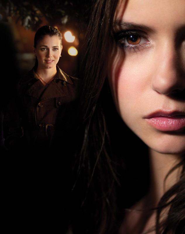 Un'immagine promo con Nina Dobrev e Mia Kirshner per l'episodio Isobel di Vampire Diaries