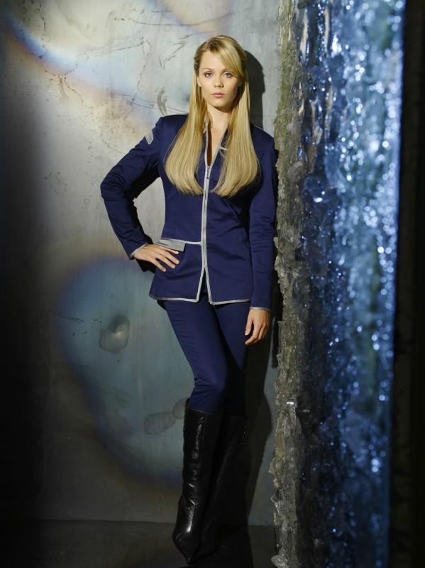 Laura Vandervoort è Lisa in una foto promozionale della nuova serie V, remake di Visitors
