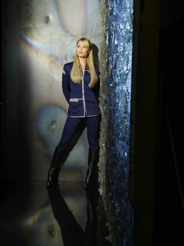 Laura Vandervoort è Lisa in una immagine promozionale della nuova serie V, remake di Visitors