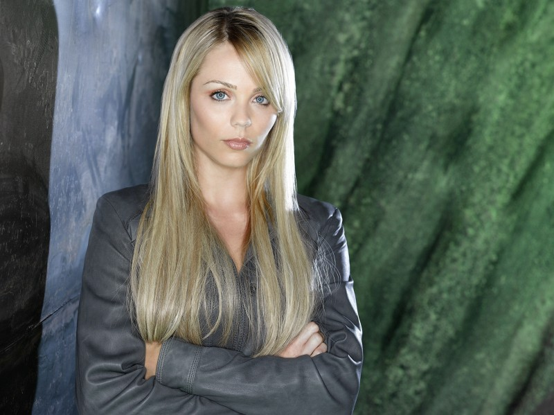 Laura Vandervoort è Lisa nella nuova serie V