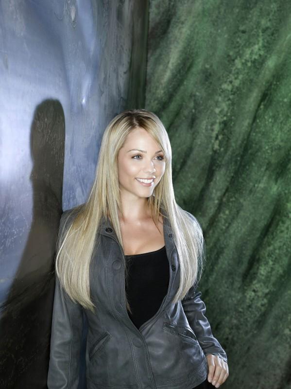Laura Vandervoort in una foto promozionale della nuova serie V