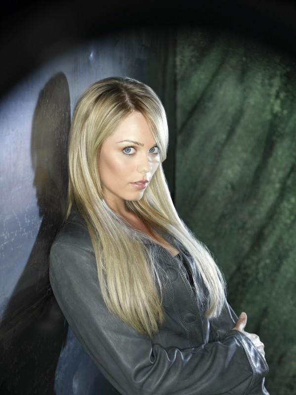 Laura Vandervoort in una foto promozionale della nuova serie V, remake di Visitors
