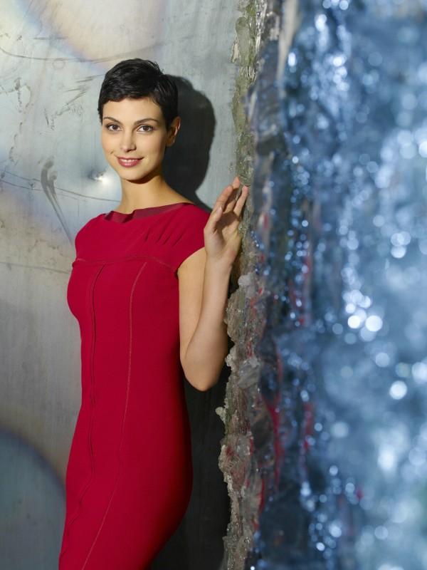 Morena Baccarin in una foto promozionale della nuova serie V