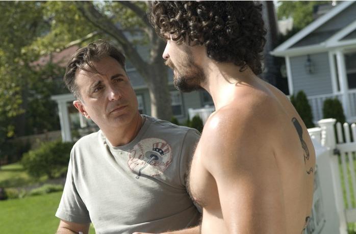 Andy Garcia e Steven Strait in una scena della commedia City Island