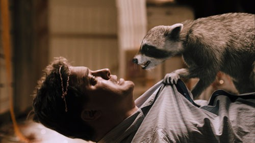 Brendan Fraser alle prese con un tenero animaletto mozzafiato nel film Puzzole alla riscossa