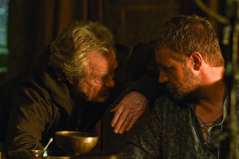 Il regista Ridley Scott dirige Russell Crowe nel film Robin Hood