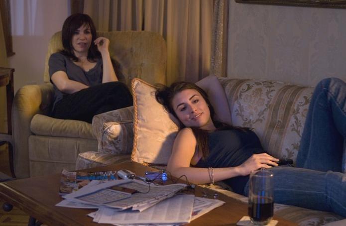 Julianna Margulies e Dominik Garcia-Lorido in un'immagine della commedia City Island
