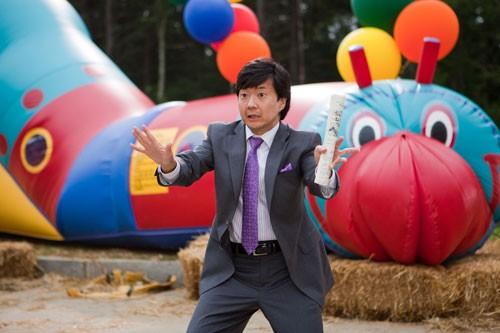 Ken Jeong  in una scena del film Puzzole alla riscossa
