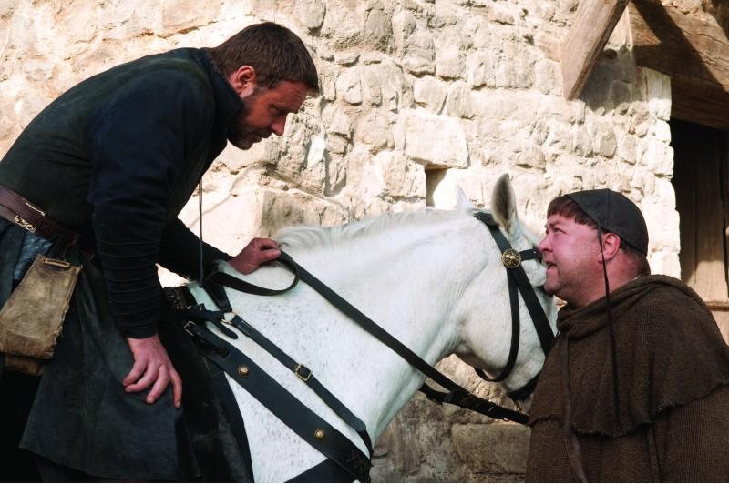 Russell Crowe e Mark Addy nel film Robin Hood