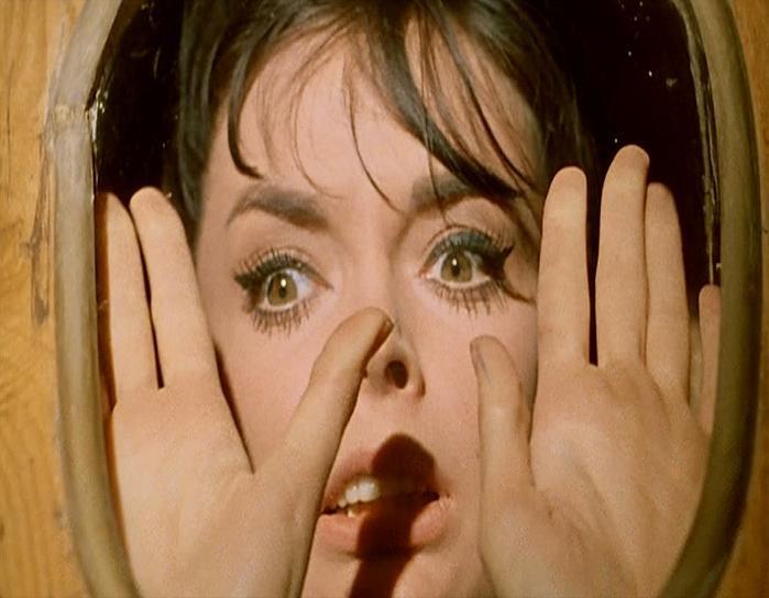 Barbara Steele in una scena del film L\'orribile segreto del dottor Hichcock (1962)
