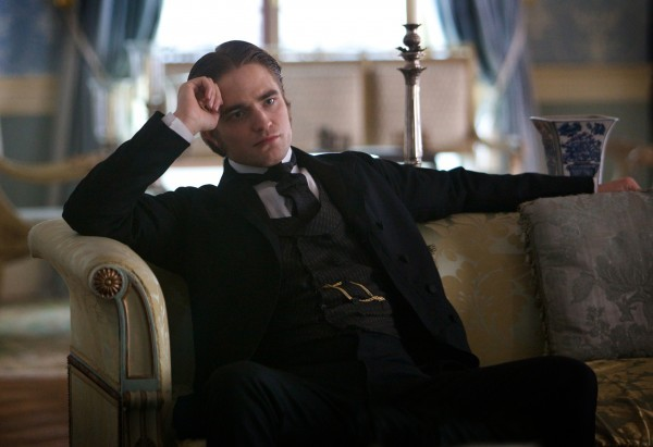 Ecco Robert Pattinson in una scena di Bel Ami
